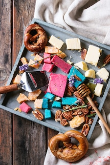 Vielzahl von buntem holland käse