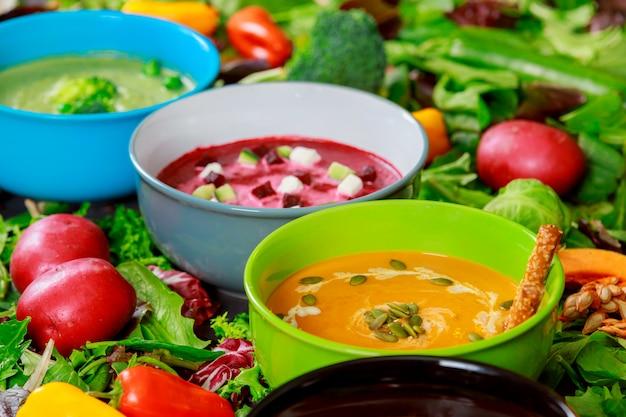 Vielzahl von bunten geschmackvollen gemüsesahnesuppen und frischen bestandteilen für suppen. gesundes essen vegetarisches essen.