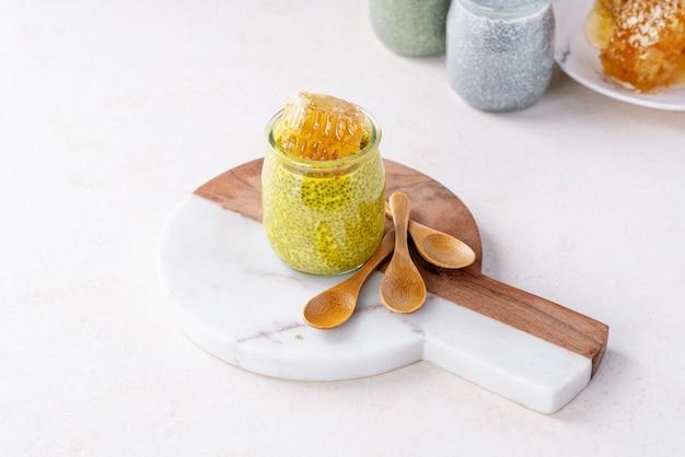 Vielzahl von chia-puddings