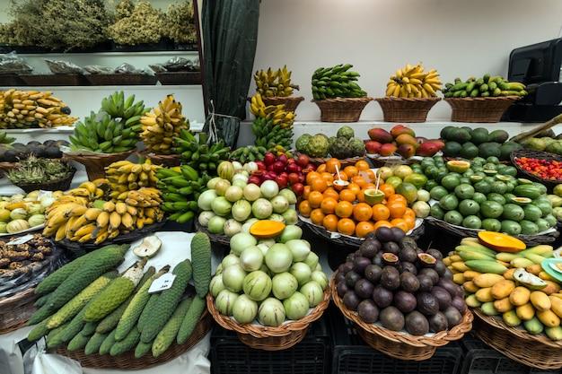 Vielzahl von exotischen früchten