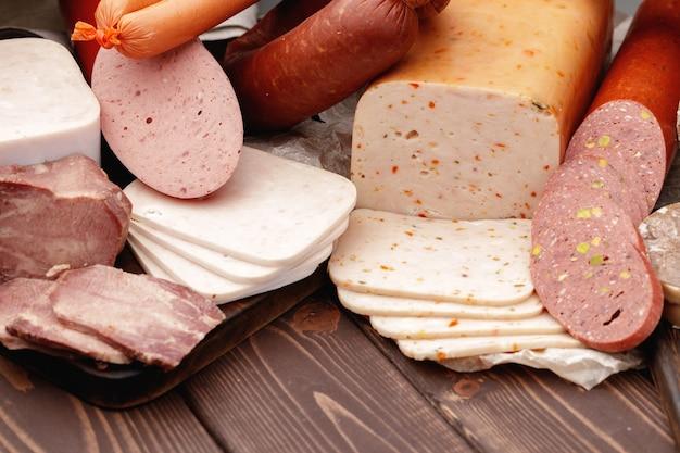 Vielzahl von fleisch- und wurstwaren auf dem tisch
