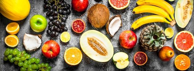 Vielzahl von frischen früchten. auf rustikalem hintergrund.