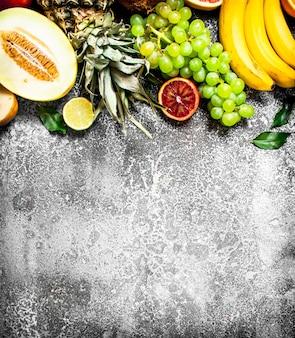 Vielzahl von frischen früchten auf rustikalem tisch.