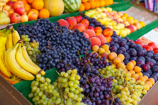 Vielzahl von früchten in kartons