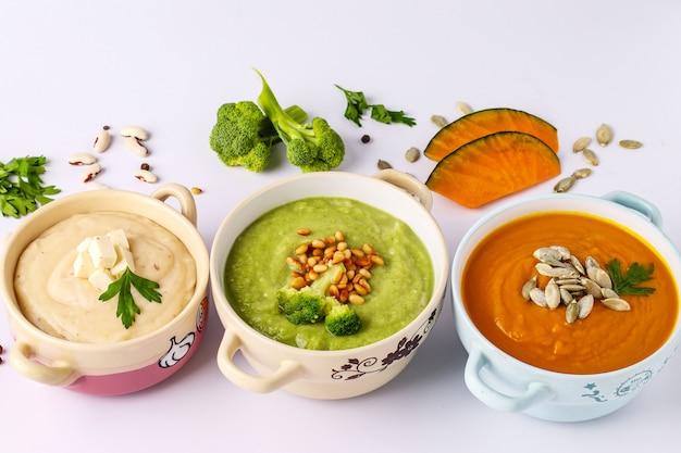 Vielzahl von gemüsecremesuppen: mit brokkoli, weißen bohnen und kürbissen, zutaten für die suppe, gesundes ernährungskonzept, nahaufnahme, draufsicht, horizontale ausrichtung