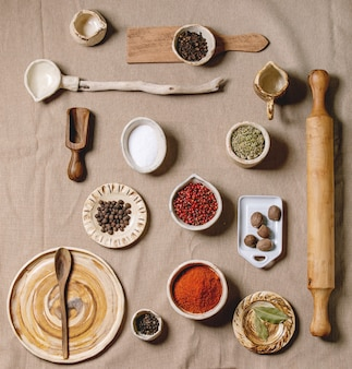 Vielzahl von gerichten und gewürzen und küchenwerkzeugen