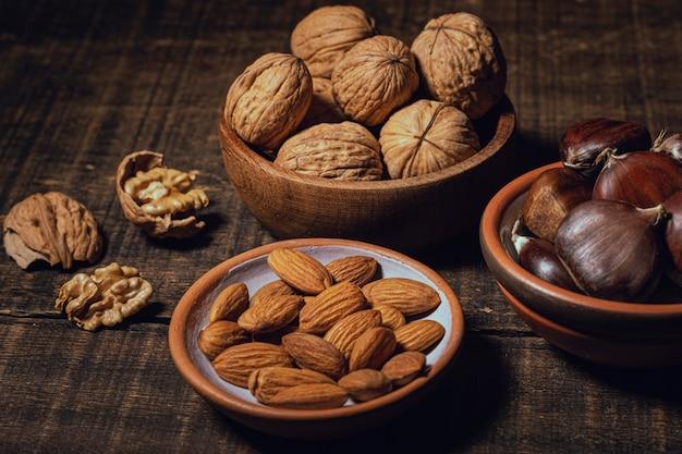 Vielzahl von gesunden snacks in schalen