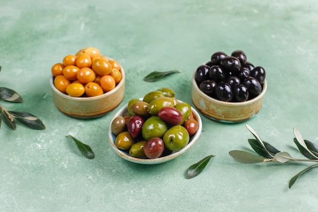 Vielzahl von grünen und schwarzen ganzen oliven.