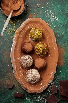Vielzahl von hausgemachten dunklen schokoladentrüffeln mit kakaopulver