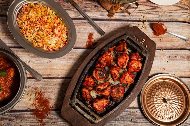 Vielzahl von indischen curry-lebensmitteln mit tandoori-huhn und basmatireis.