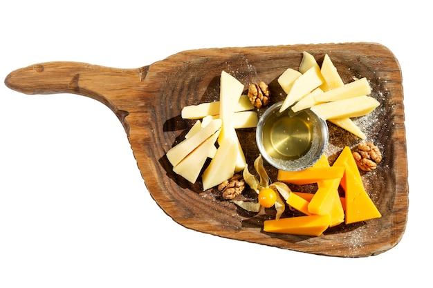 Vielzahl von käse mit honig auf einem hölzernen brett
