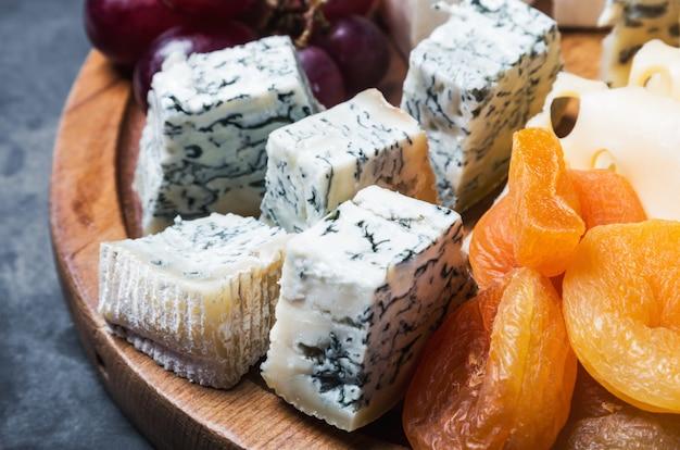 Vielzahl von käse mit trauben und getrockneten früchten