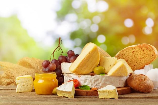 Vielzahl von käsesorten zusammensetzung auf holzbrett