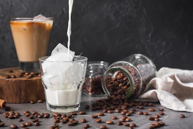 Vielzahl von kaffeegetränken mit eis