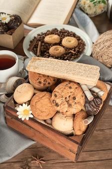 Vielzahl von keksen in einem holztablett