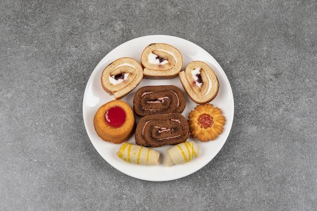 Vielzahl von köstlichen keksen auf weißem teller