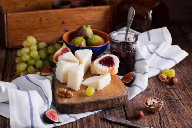 Vielzahl von leckeren snacks auf einem tisch