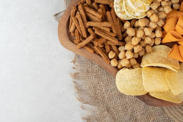 Vielzahl von leckeren snacks auf holzbrett