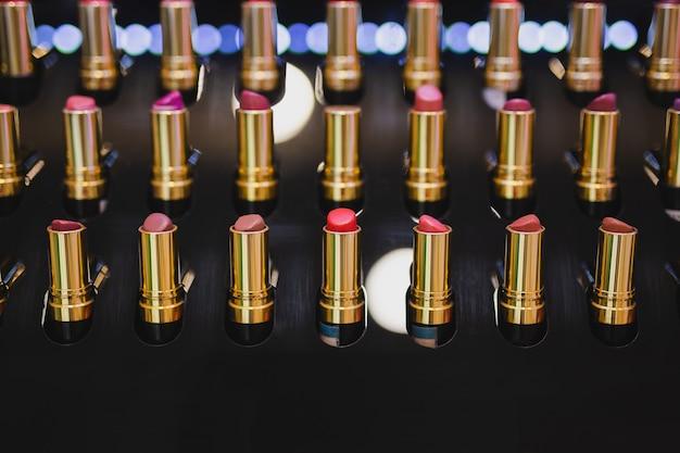 Vielzahl von lippenstiften kosmetischen schönheitstester display regal.