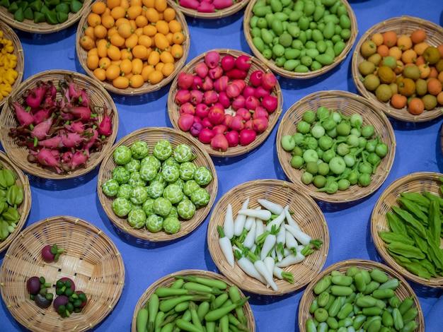 Vielzahl von miniaturlehm veggies und -früchten im korb. simulator gemüse und früchte in ba
