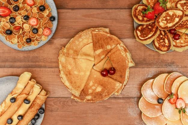 Vielzahl von pfannkuchen mit beeren. andere art von pfannkuchen draufsicht