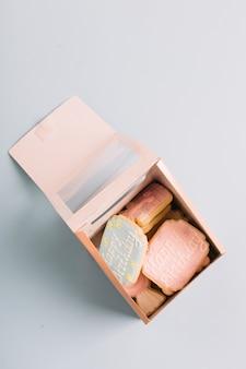Vielzahl von plätzchen mit alles gute zum geburtstagtext in der geschenkbox lokalisiert auf weißem hintergrund