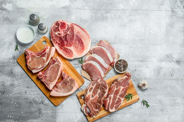Vielzahl von rohem fleisch schweinefleisch. auf einem rustikalen.