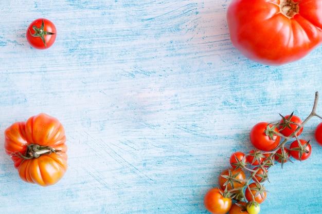 Vielzahl von roten tomaten auf einem blauen