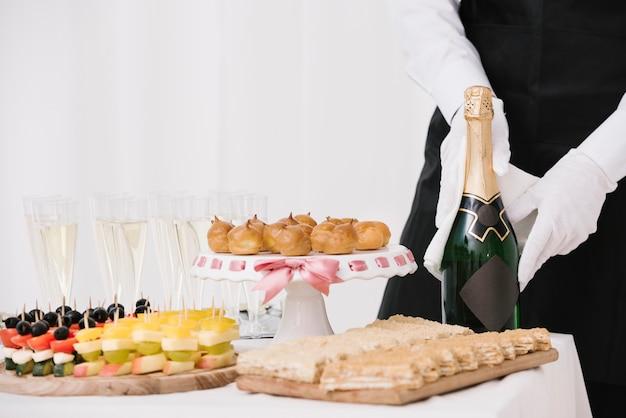 Vielzahl von snacks und getränken auf einem tisch
