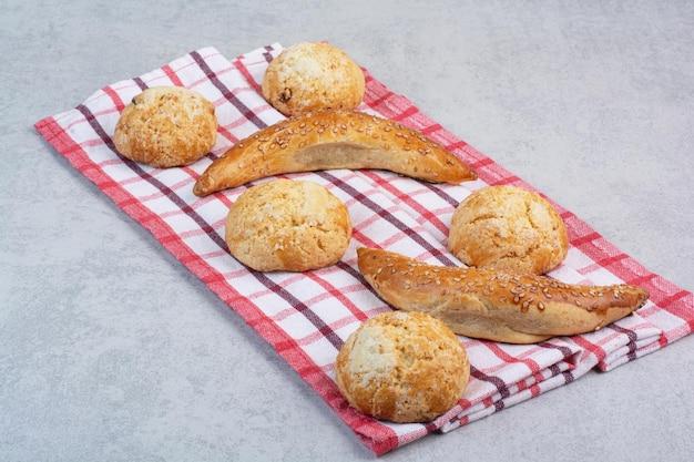 Vielzahl von süßen keksen auf gestreifter tischdecke. foto in hoher qualität