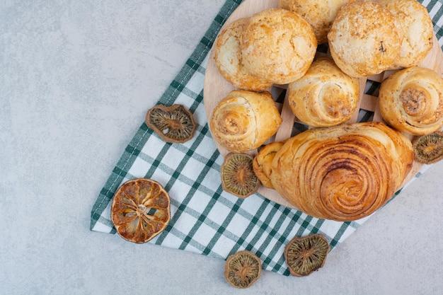 Vielzahl von süßen keksen auf holzstück mit getrockneten früchten. foto in hoher qualität