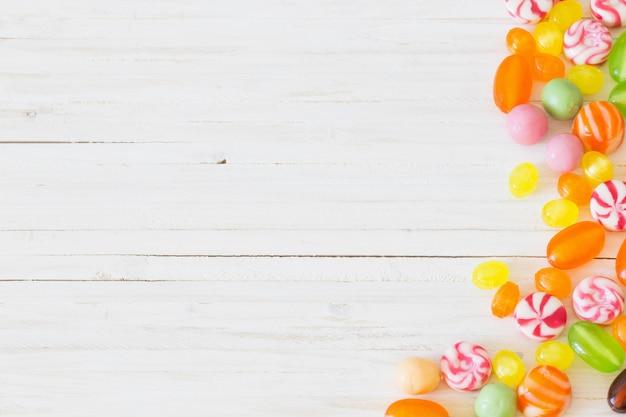 Vielzahl von süßigkeiten auf einem holztisch