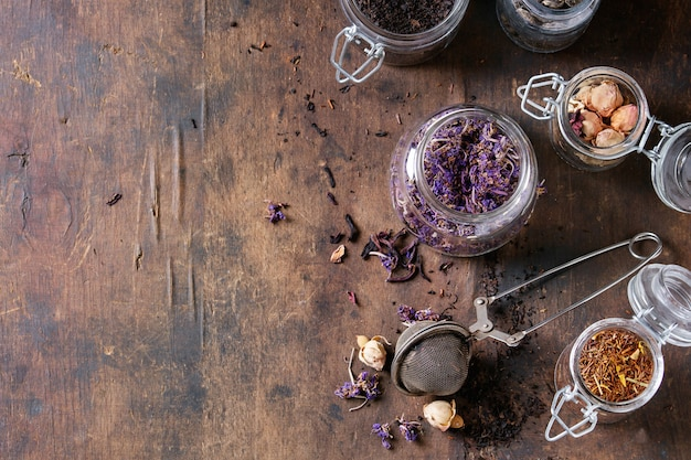 Vielzahl von trockenen tee mit teekanne