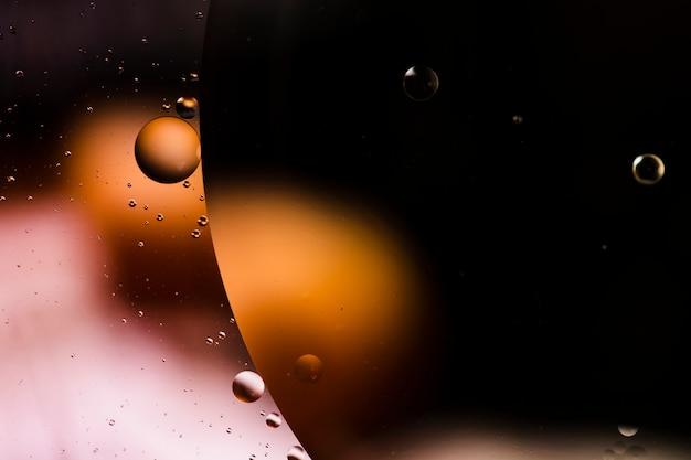 Vielzahl von wunderbaren abstrakten formen mit öl in wasser