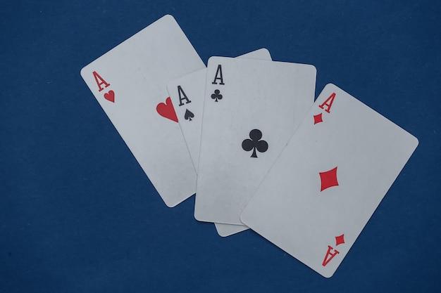 Vier asse auf klassischem blau.