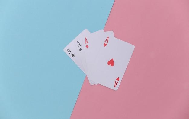Vier asse auf rosa-blauem hintergrund.