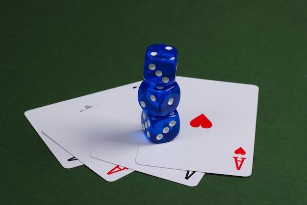 Vier asse mit würfeln auf einer grünen fläche. kasino