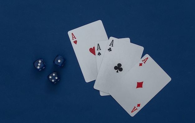 Vier asse und würfel auf einem klassischen blau.