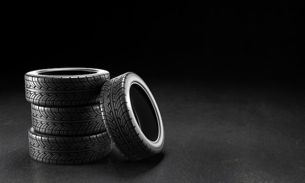 Vier autoreifen auf dem asphalt auf einem schwarzen hintergrund. 3d-rendering