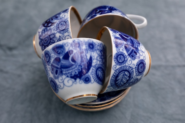Vier blaue teetassen sind auf einem stapel untertassen für das alltagsgeschirr gestapelt