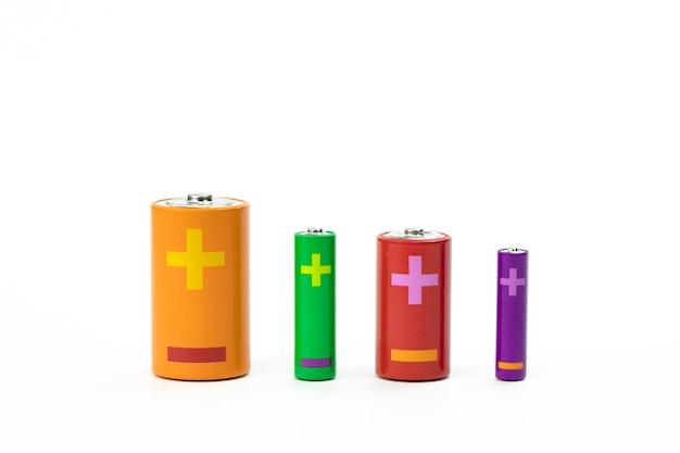 Vier bunte batterien unterschiedlicher größe isoliert auf weiß. recycling-konzept