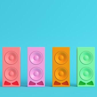 Vier bunte lautsprecher auf hellblauem hintergrund in pastellfarben