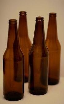 Vier dunkle leere bierflaschen auf dem tisch