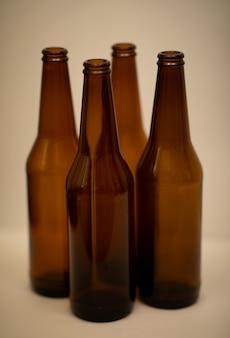 Vier dunkle leere bierflaschen