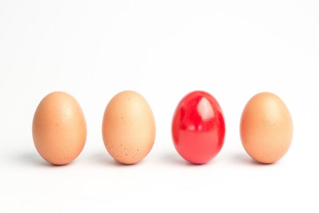 Vier eier in einer reihe mit einem roten
