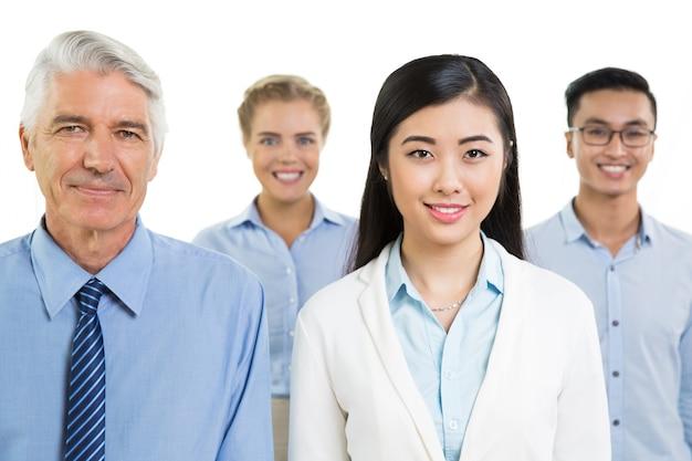 Vier erfolgreiche glückliche verschiedene geschäftskollegen