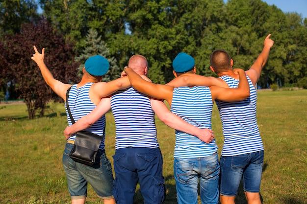 Vier freunde am tag der luftstreitkräfte in russland und der ukraine