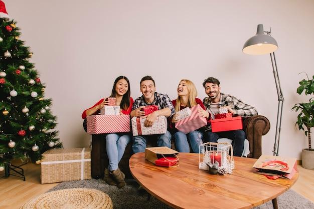 Vier freunde auf der couch, die sich gegenseitig vergibt