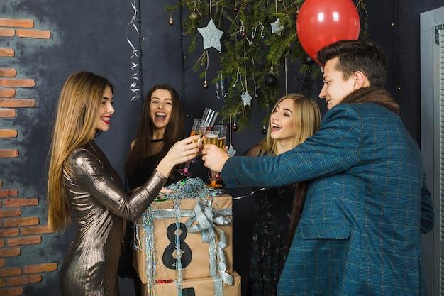 Vier freunde, die 2018 mit champagner feiern