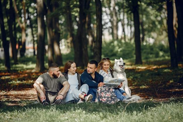Vier freunde ruhen sich in einem wald aus